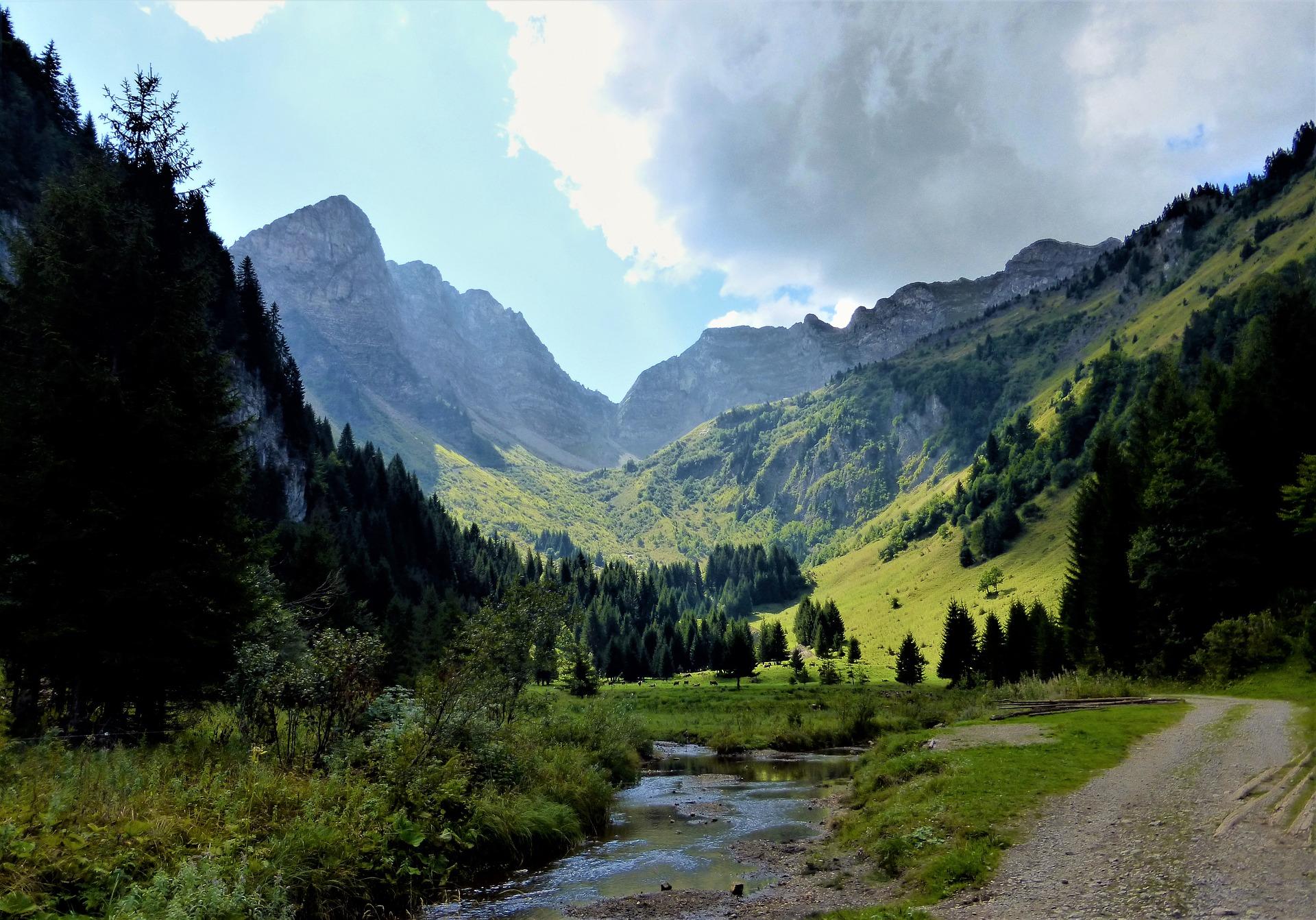 Montagnes et rivière en pleine nature