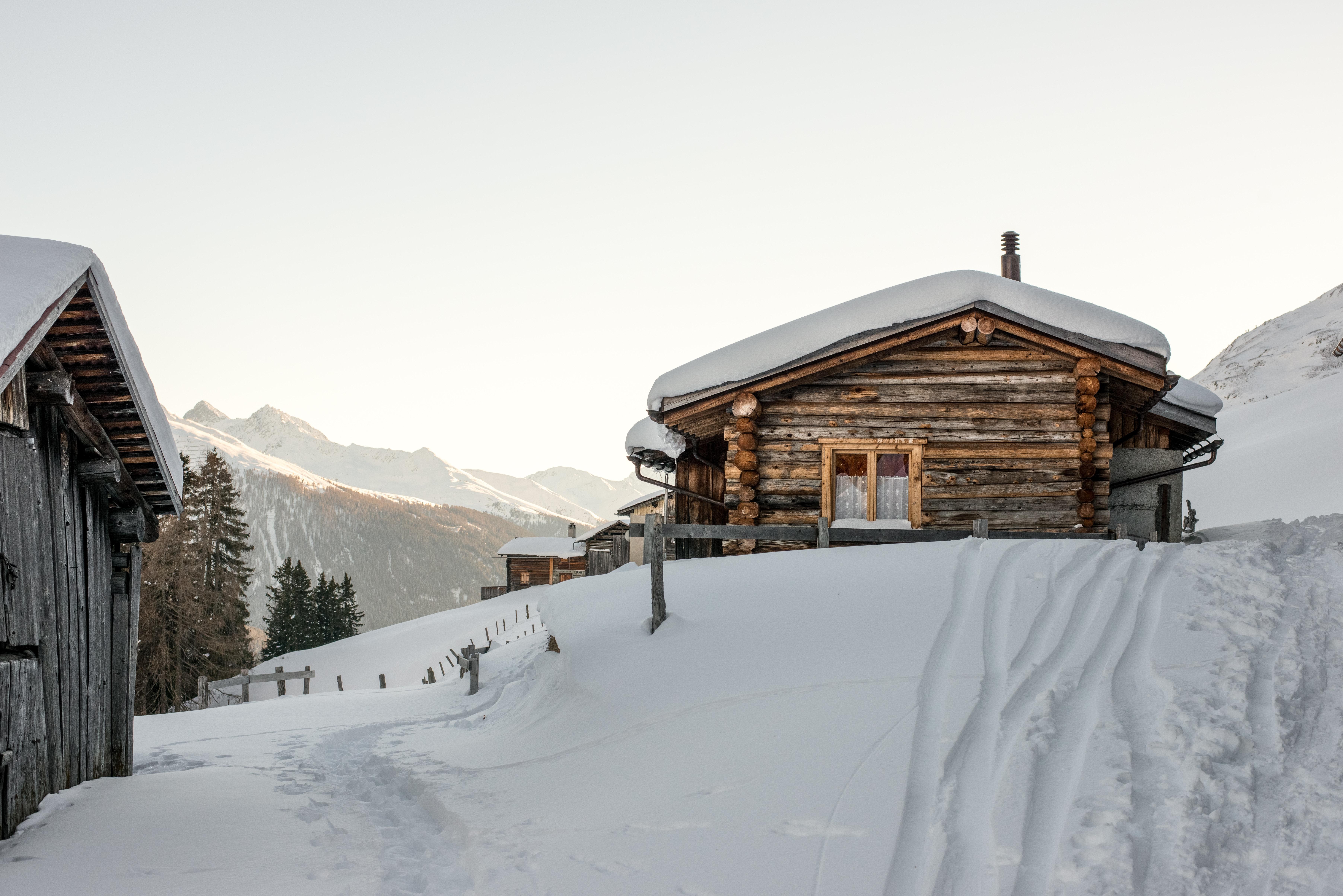 Chalet enneigé dans la montagne