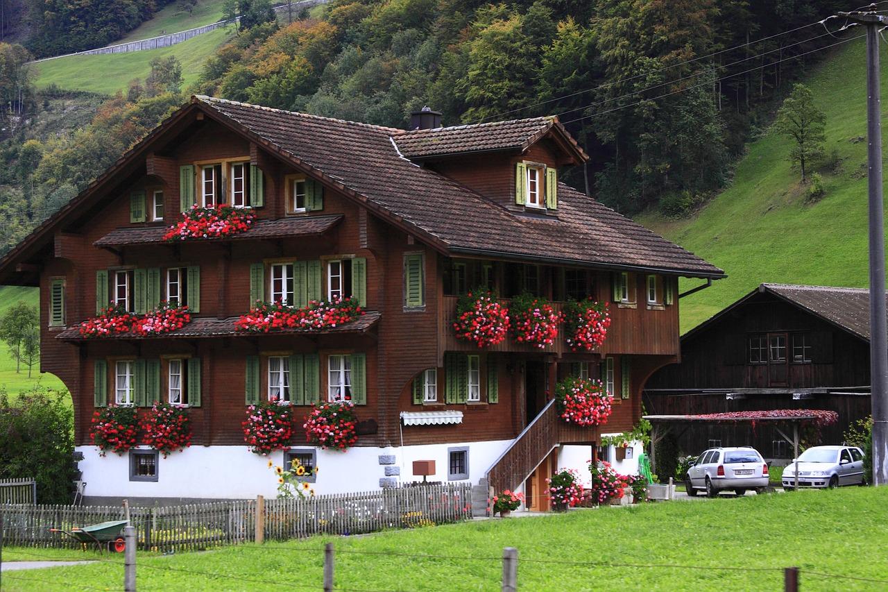chalet de montagne avec des fleurs au x fenêtres