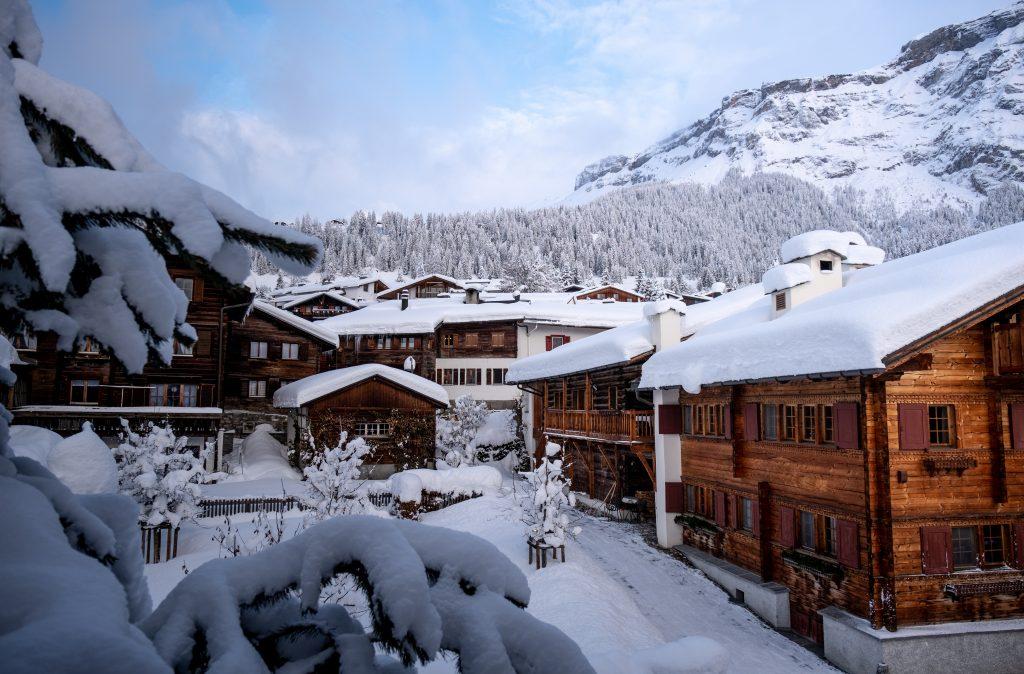 village de montagne avec maisons en bois