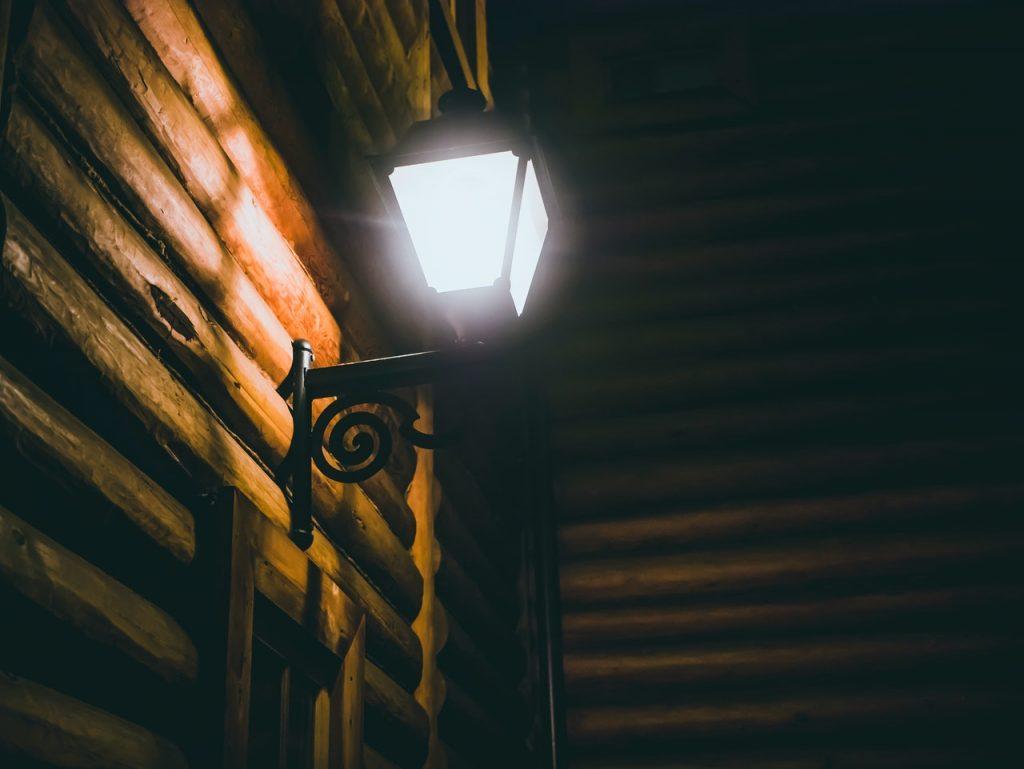 lampadaire accorché à l'extérieur d'un chalet